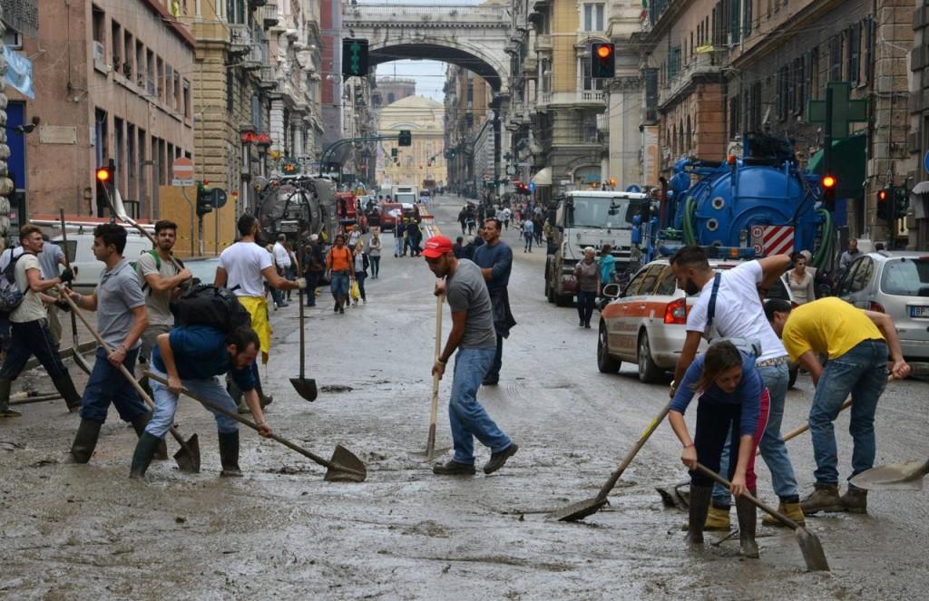 genova alluvione fango volontari