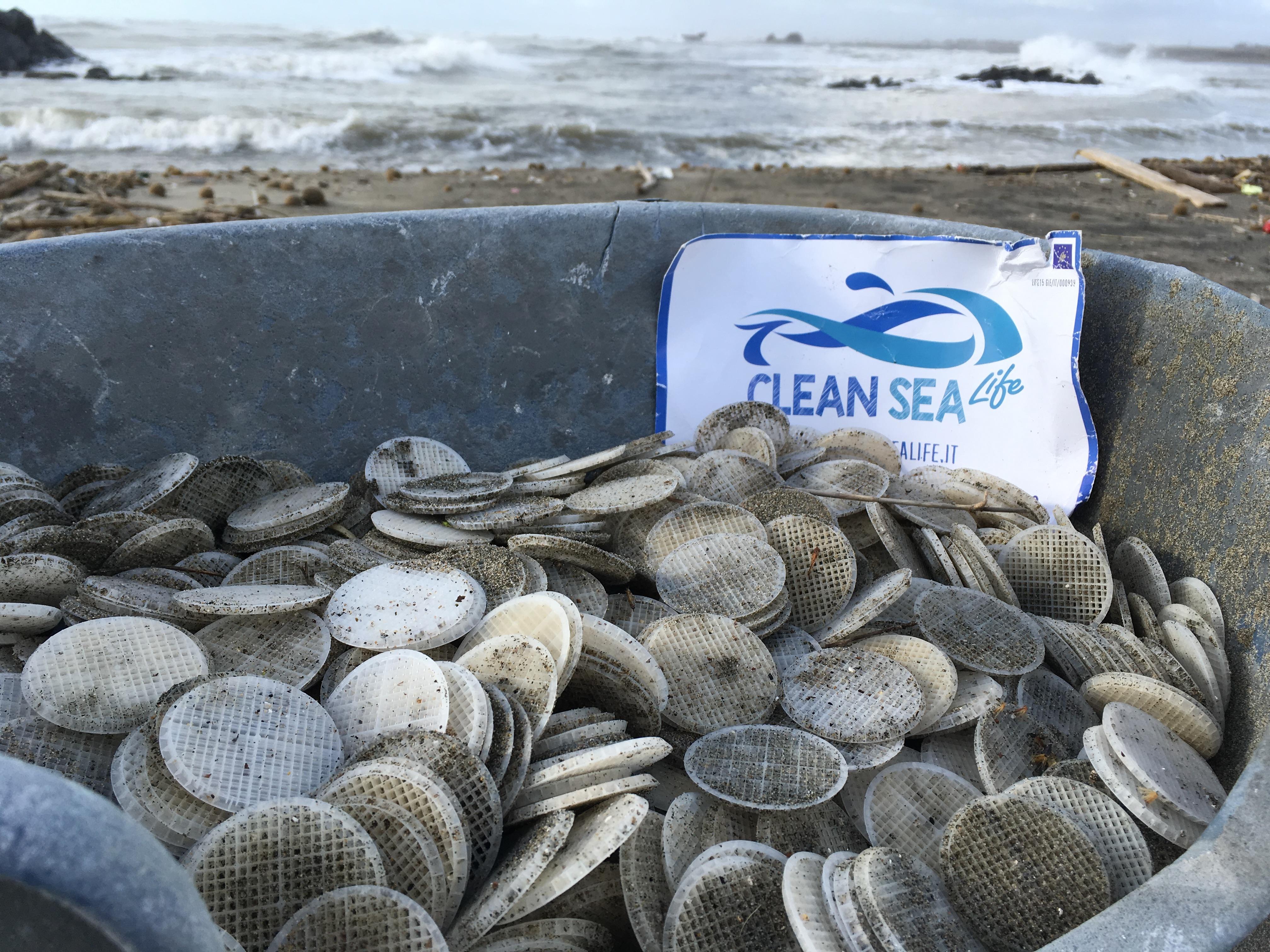 Dischetti plastica in mare